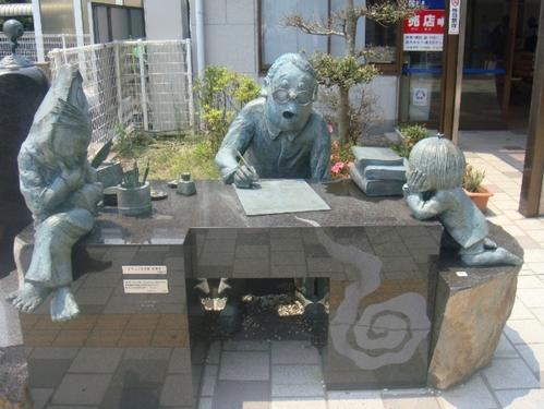 水木先生のデスクを囲む鬼太郎たち